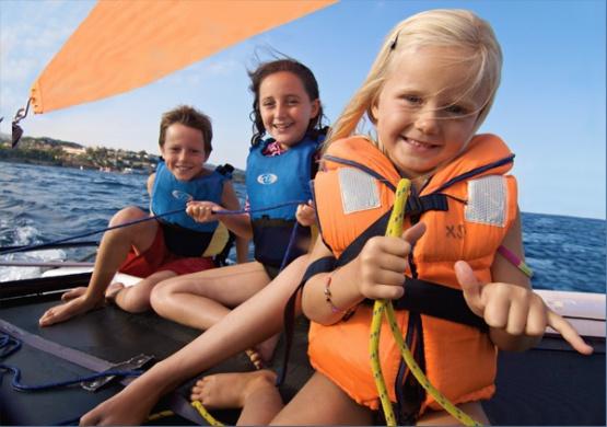 niños en barco de vela de wind zone